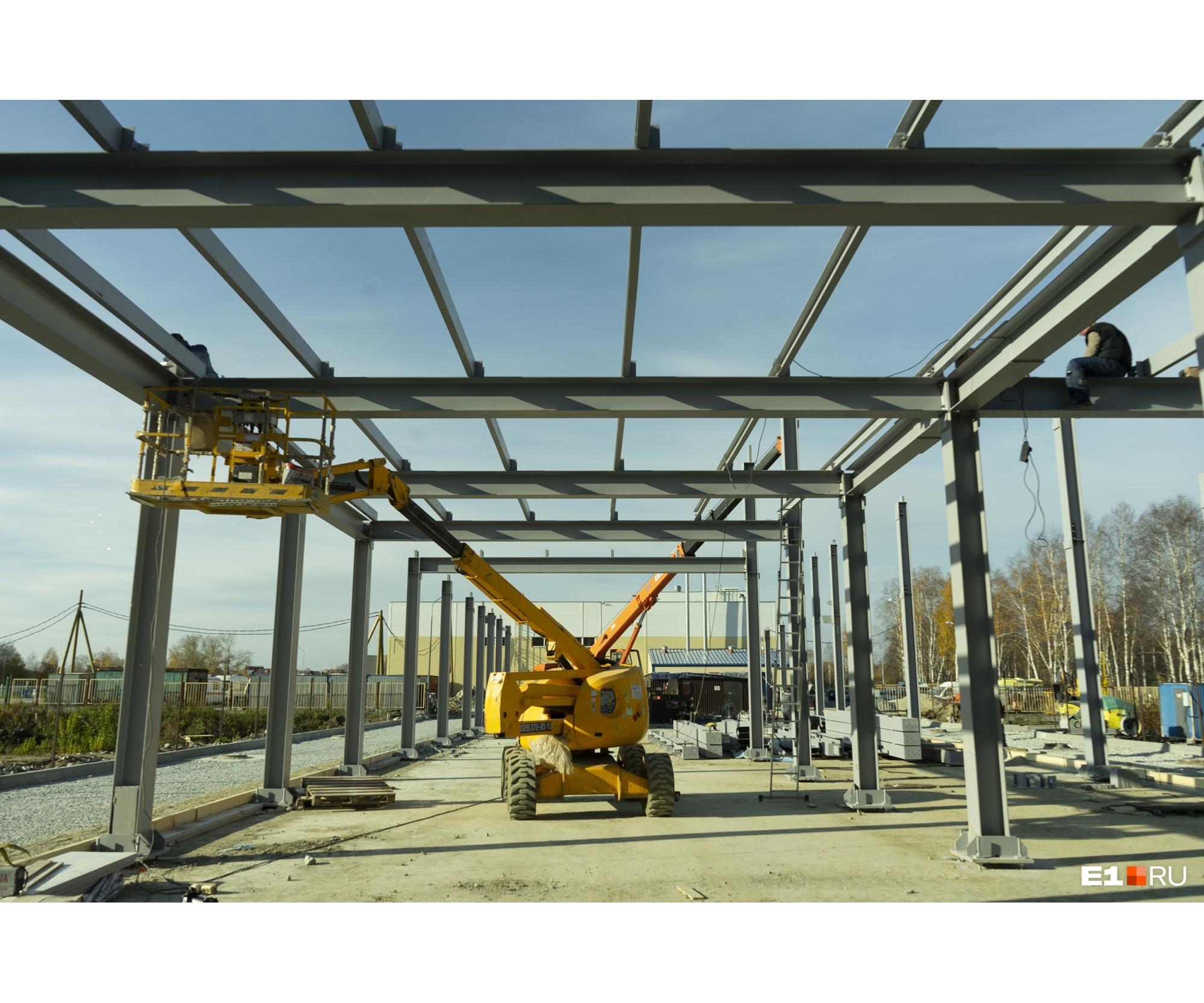 В октябре на бетонной площадке уже начали устанавливатьлегко возводимое здание