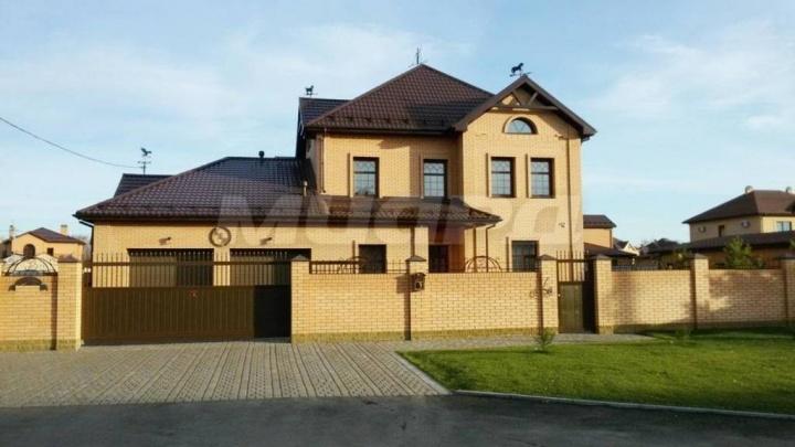 В Омске за 20 миллионов продают коттедж с хамамом и кальянной