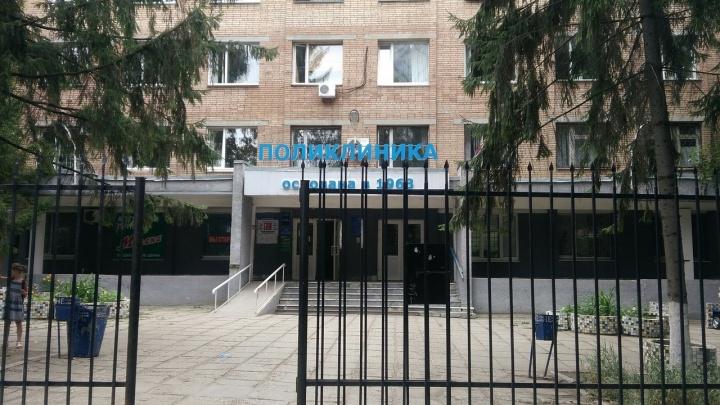 В Самаре у входа в поликлинику умер пожилой мужчина
