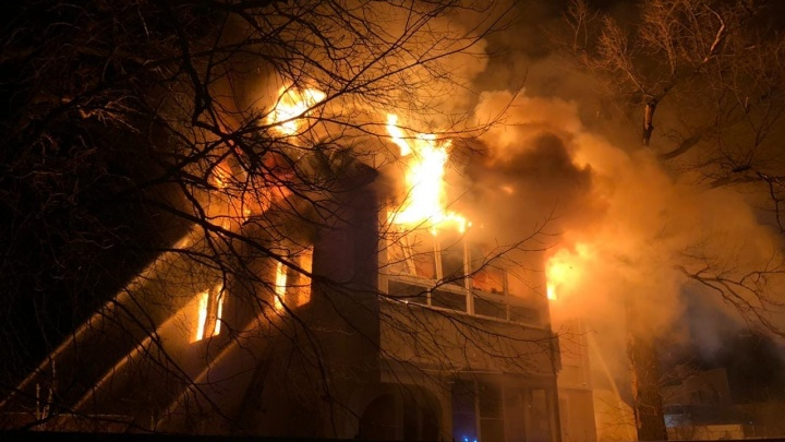 «Верхний этаж и крыша были в огне»: в Самаре на 9-й просеке сгорел коттедж