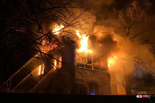 Пламя вырывалось из окон и из-под крыши