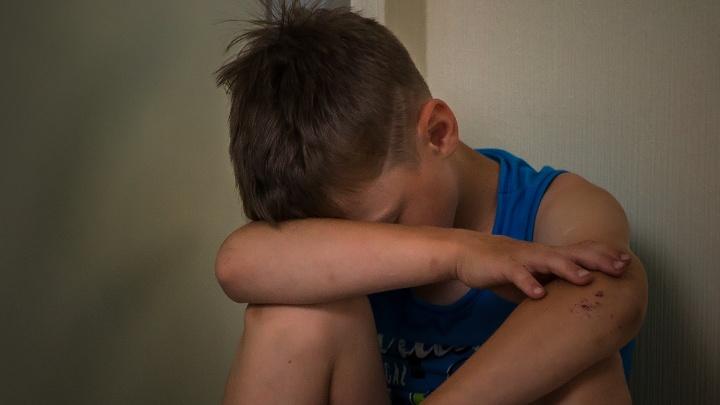 В Кузбассе суд дал три года условно супругам, которые избивали шлангом 8-летнего сына