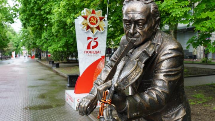 В Ростове памятник скрипачу Моне вернулся на Пушкинскую
