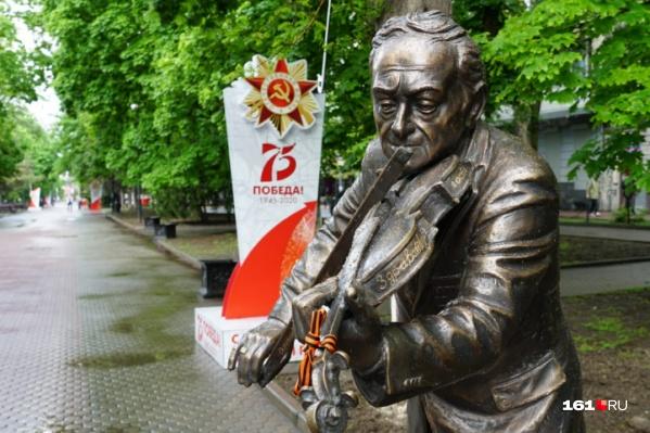 Памятник скрипачу Моне вернули на его «законное место»