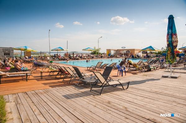 Так сразу и не скажешь, где находится это уютное местечко — в отеле на берегу какой-нибудь Турции или где-то в Новосибирске