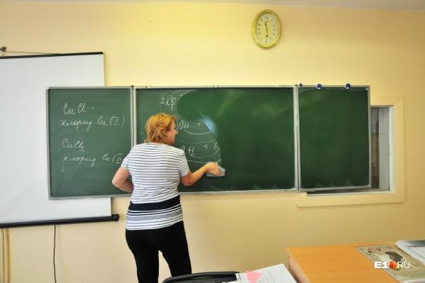 Свердловские учителя, по официальным данным, зарабатывают в среднем 41 308 рублей