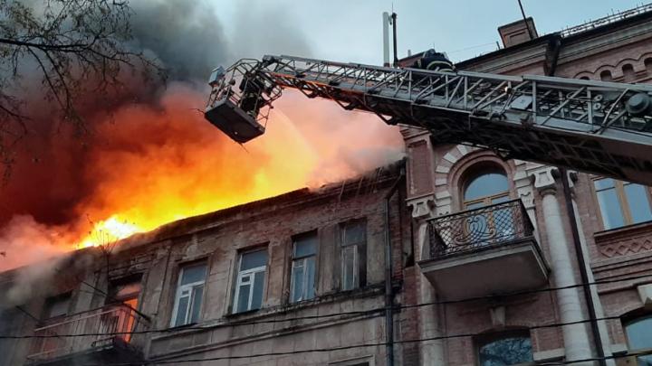 В Ростове в центре города загорелся столетний дом. Он уже горел в этом году