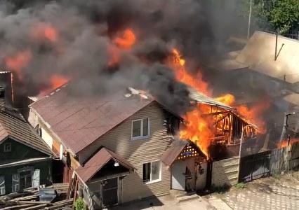 «Слышен взрыв газа»: возле многоэтажек на Киренского горит частный дом