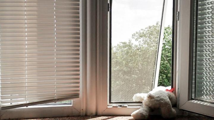 Двухлетний ребенок выпал из окна в Ростове