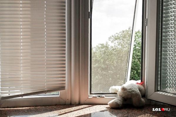 В Ростовской области участились случаи падения детей из окон