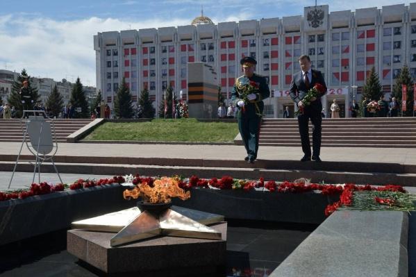 Глава региона икомандующий 2-й гвардейской общевойсковой армией ЦВО Андрей Колотовкин возложили цветы к Вечному огню
