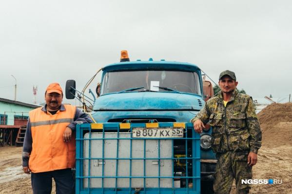 Константину Гусарову (слева) и Павлу Нечепуренко ещё не доводилось оказываться в такой ситуации. Но они вместе с другими очевидцами сработали быстро — будто тренировались