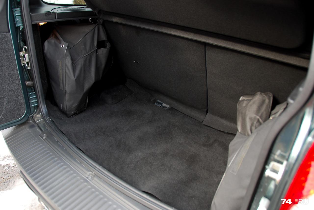 У багажника объёмом 320 литров не слишком опрятная отделка