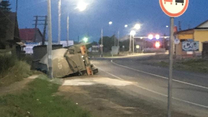 Под Екатеринбургом водитель потерял управление и опрокинул цементовоз