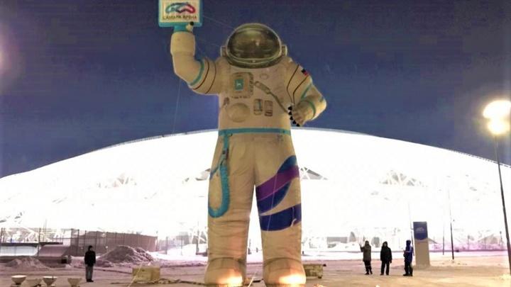 Космонавт-гигант, катки и елка: как территорию у «Самара Арены» преобразили к Новому году