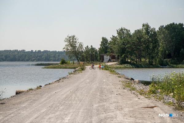 Остров Огуречный находится в районе села Морозово, в акватории Новосибирского водохранилища, и имеет форму сердца