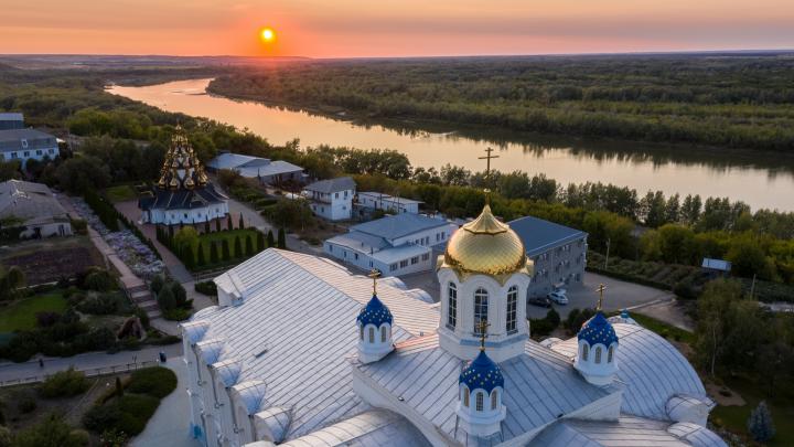 Усть-Медведицкий монастырь и россыпь домиков вдоль Дона: взгляд с высоты на Серафимович