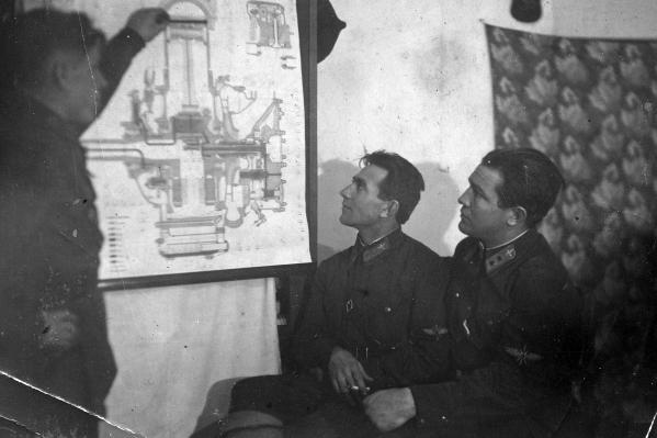 Алексей Чумаков (на фото в центре) был кадровым военным и в числе первых отправился на фронт. В самолёт лётчика попал зенитный снаряд, и он направил его горящим в гущу скопившихся немецких танков