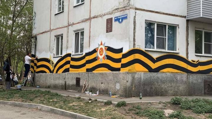 Фасад дома на Ульяновском украсили георгиевской лентой