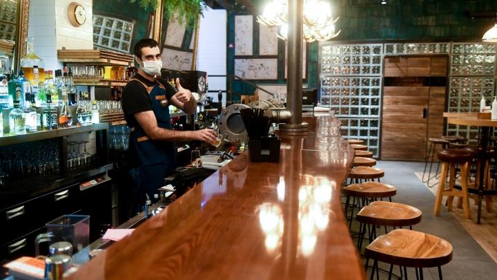 «Каждый день фантазируют». Свердловские власти обязали рестораны закрыть барменов защитными экранами