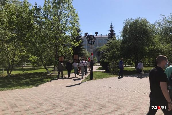 Такой компанией коммунисты шли к памятнику Ленину