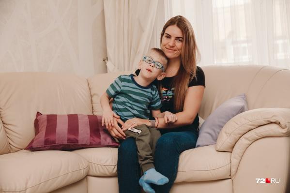 Мария с сыном Артемием. Мальчик очень любознательный и общительный, несмотря на то, что родился раньше срока — в 25 с половиной недель