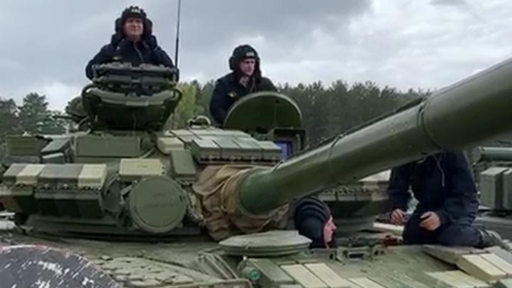 Мэр Екатеринбурга на Свердловском полигоне прокатился на танке