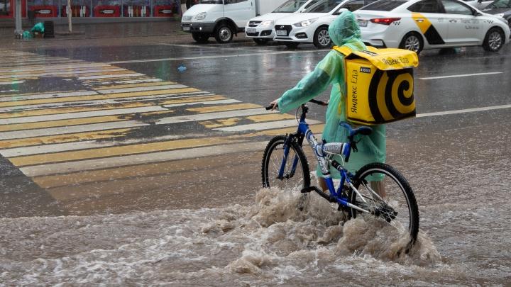Размытый асфальт, затонувшие машины и люди по пояс в воде: показываем последствия потопа в Ростове