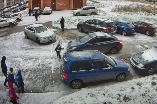 Ребенок выбегает перед машиной