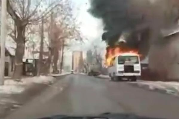 Автобус загорелся на дороге
