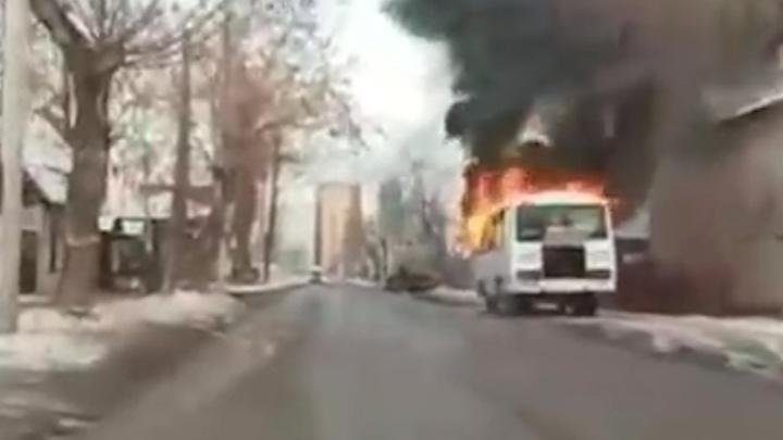В Перми во время движения загорелся автобус ПАЗ. Видео