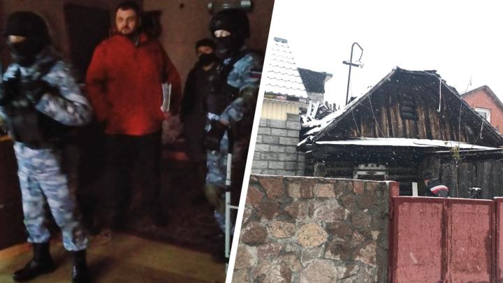 В Заельцовском районе силовики в масках ворвались в частный дом, который должны снести по решению суда