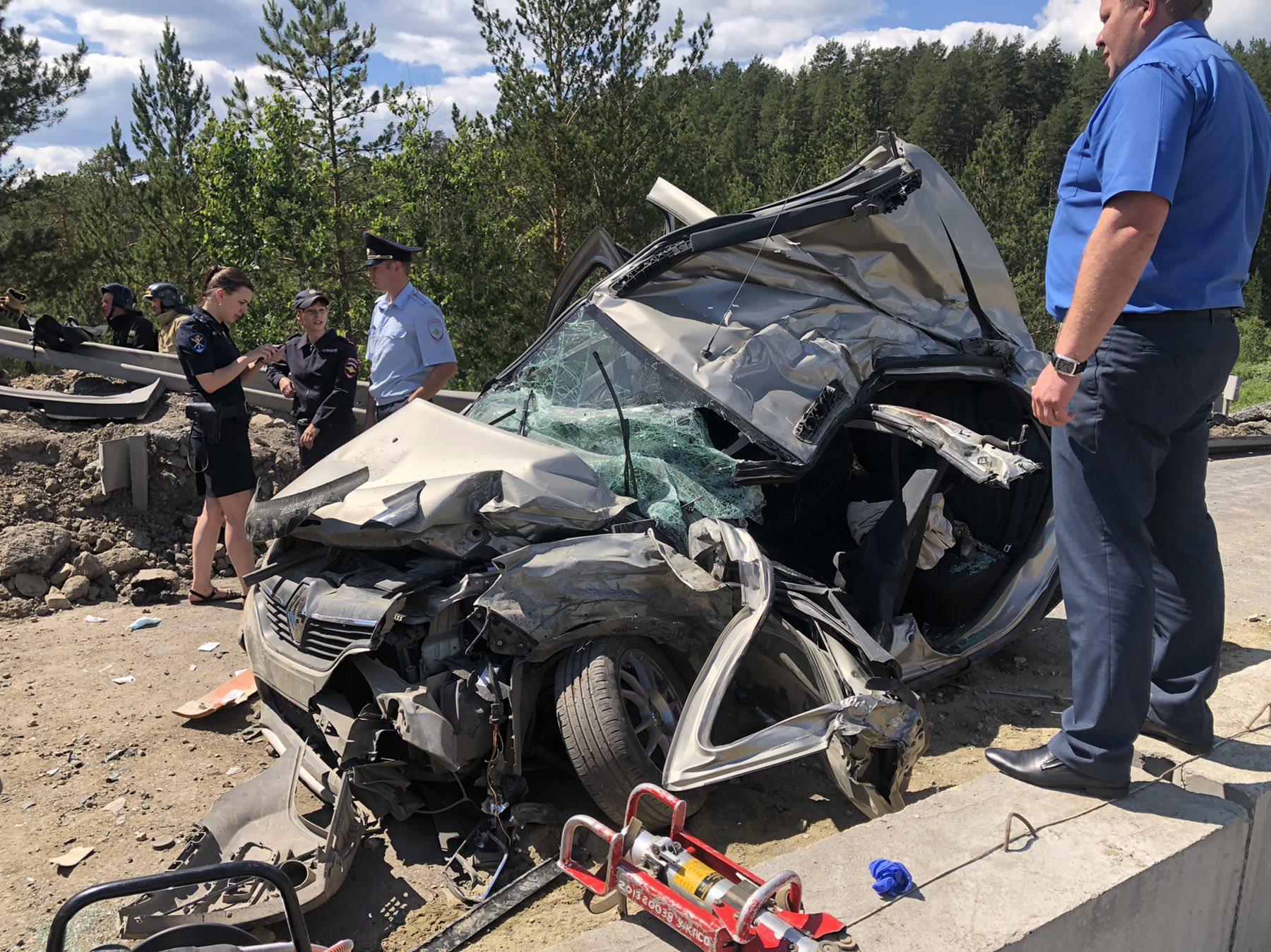 Из покорёженных автомобилей пострадавшим помогали выбираться очевидцы ДТП
