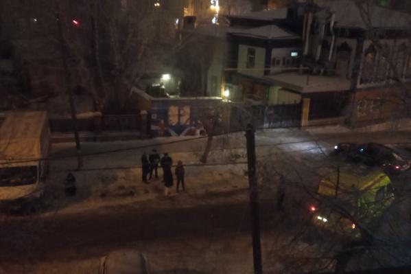 На месте инцидента работали сотрудники правоохранительных органов и скорая помощь