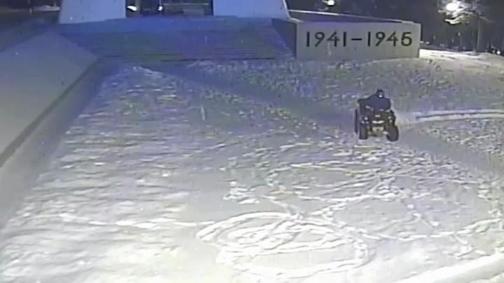 70-летний пенсионер с сыном устроили дрифт у Вечного огня в Челябинской области
