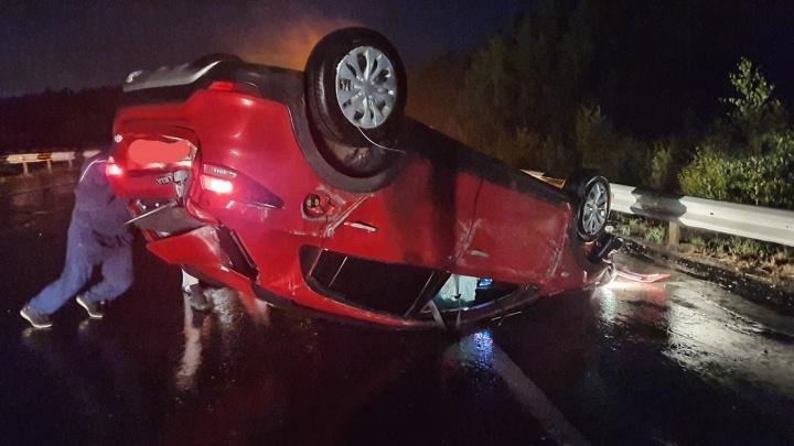 Пьяный водитель, лишенный прав, сел за руль: под Екатеринбургом на Тюменском тракте перевернулась KIA Rio