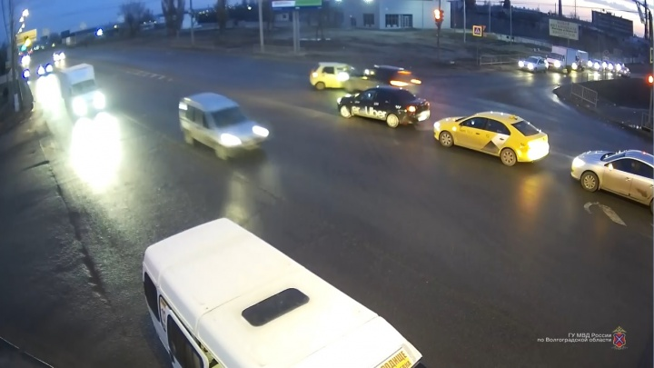 Машины раскидало, как кегли: на перекрестке в Дзержинском районе кроссовер смял иномарку