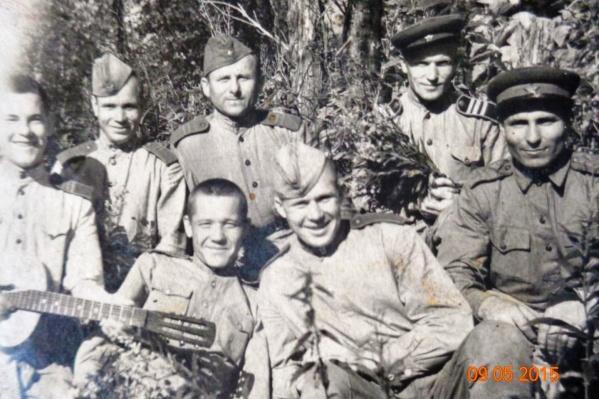 На привалах Леонид Фёдорович Киреев (на фото с гитарой) постоянно брал в руки музыкальный инструмент и пел песни вместе с сослуживцами