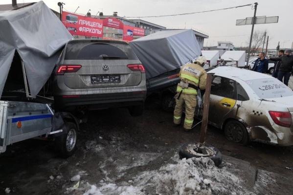 Сотрудники МЧС пытаются вытащить машины из-под прицепов