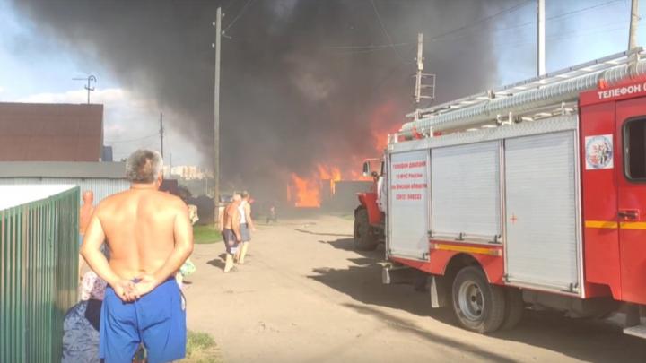 Омские спасатели вынесли из пожара в Каржасе 5 газовых баллонов