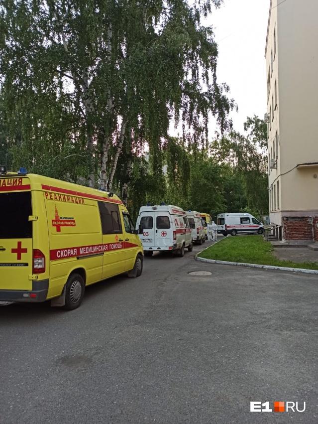 Такая пробка из скорых была сегодня утром у Чапаева, 9, где находится противотуберкулезный диспансер. Там сейчас делают КТ пациентам с подозрением на коронавируснуюпневмонию