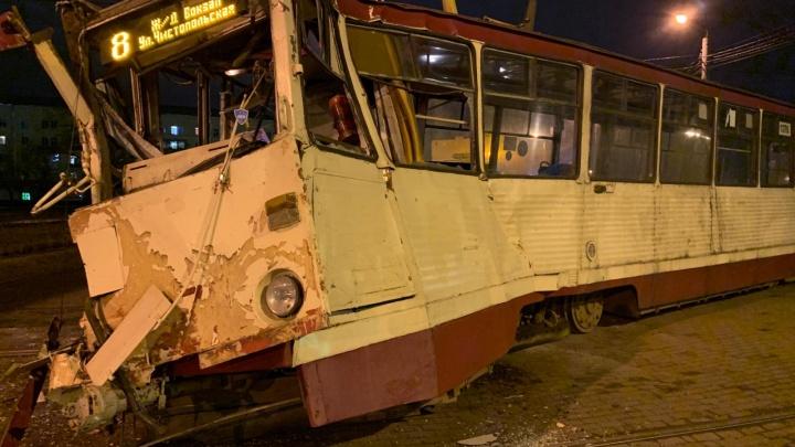 В Челябинске фура на полном ходу протаранила трамвай