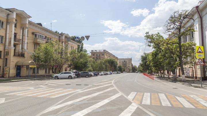 Столбики и клумбы-могилки: смотрим, что изменилось на площади Павших борцов с появлением велодорожки