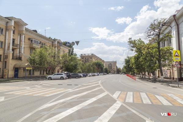 К непонятной разметке на площади Павших Борцов добавили столбики, отделившие велодорожку