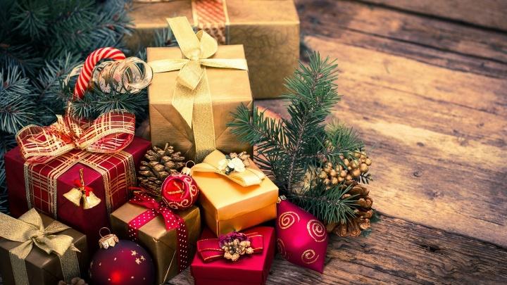 Составили подборку новогодних подарков: от вкусняшек до недорогих украшений от 100 рублей и выше