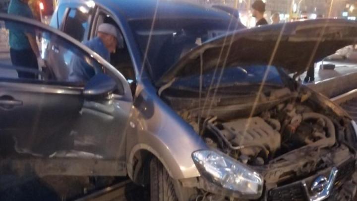 «Люди бросились врассыпную»: на Северо-Западе Челябинска машину после ДТП отбросило на остановку