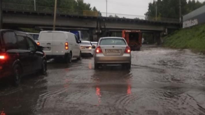 Из-за сильных дождей в Екатеринбурге в два раза выросло число ДТП