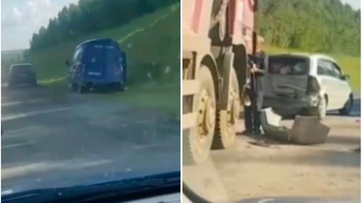 Под Тобольском в ДТП попали грузовик, «Газель» и три легковых автомобиля
