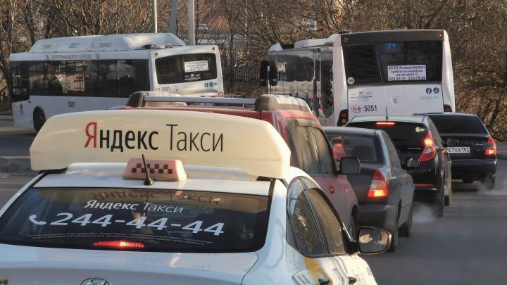 Проспект Стачки встал в многокилометровой пробке