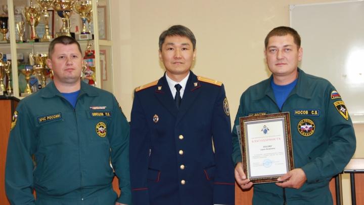 В Перми наградили сотрудника МЧС, который задержал напавшего с ножом на пенсионерку грабителя